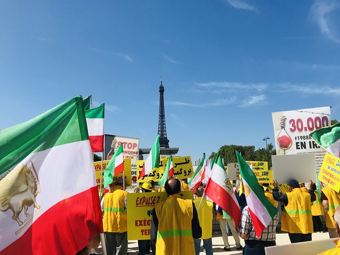 Iranians protest against Zarif in France