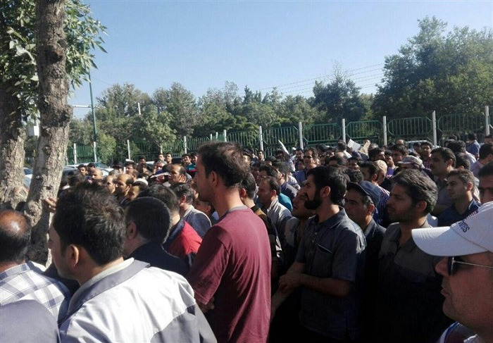 Azarab workers continue protests in Arak, central Iran